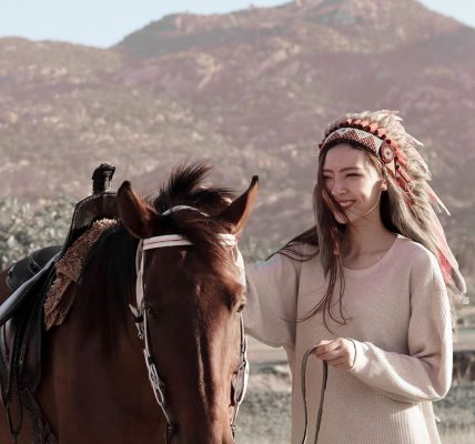 có ai cưỡi ngựa với em không?