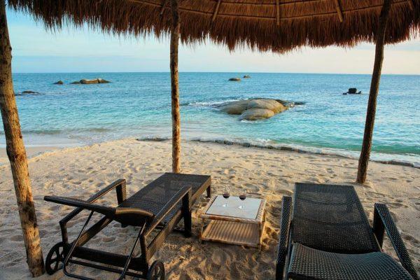 Nhâm nhi tách cafe trước bãi biển Cà Ná