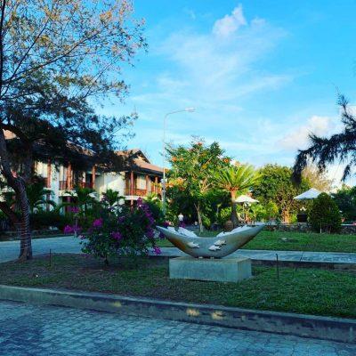 <em>Khuôn viên xanh mướt tạo cảm giác thoải mái</em>
