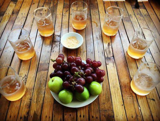 Ngoài thưởng thức nho mọi người còn được mời dùng thử rượu nho - một đặc sản khác của Ninh Thuận