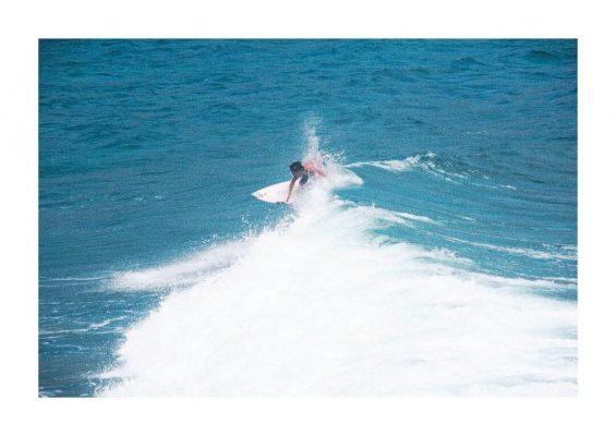 Lướt trên những con sóng lướn tại biển Bình Tiên