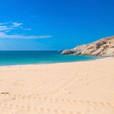 Bãi Tràng nổi tiếng với nước biển sạch và trong xanh
